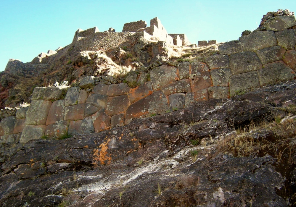 The Incas used natural rock as well as carved stonework. Note the polygonal style in this part of the wall.