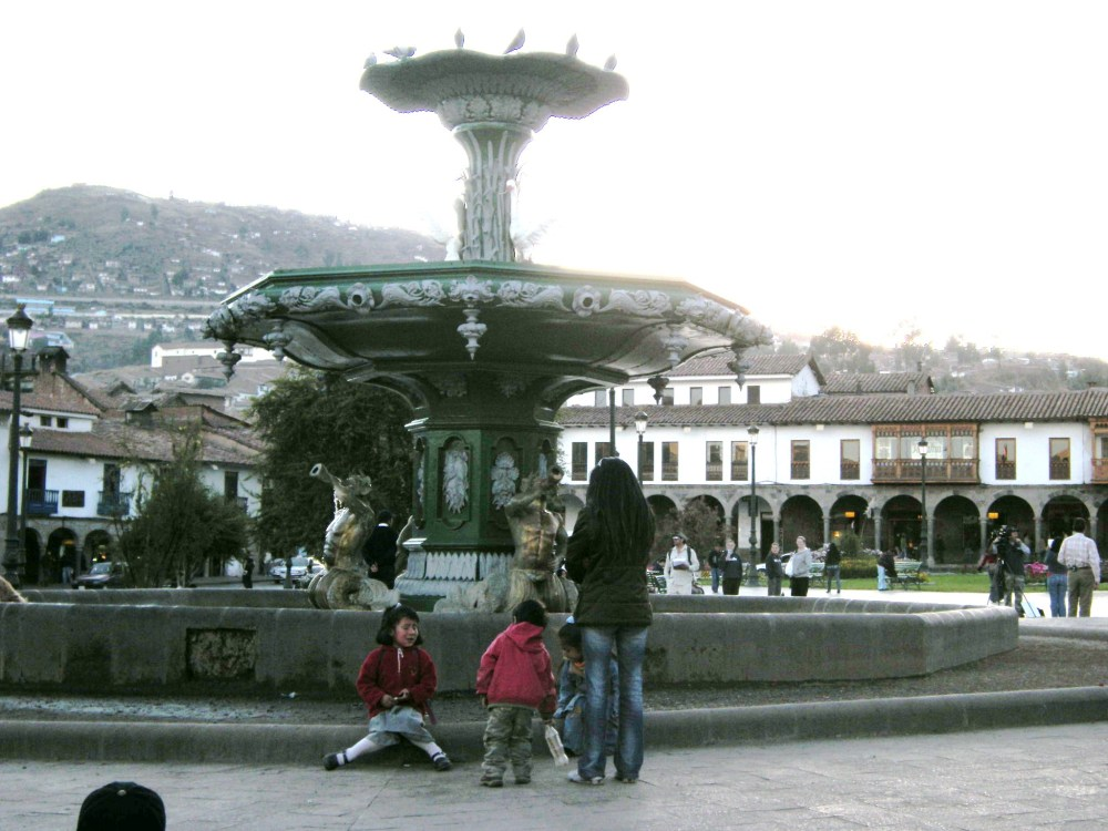 fountain and children in Plaza de Armas