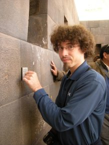 Jayme shows that a credit card cannot be inserted between the stones of an Inca wall.