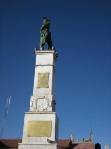 The plaque says: La 1a Division de la Infanteria, A la memoria de los hijos de la patria. HEROES DEL CENEPA.