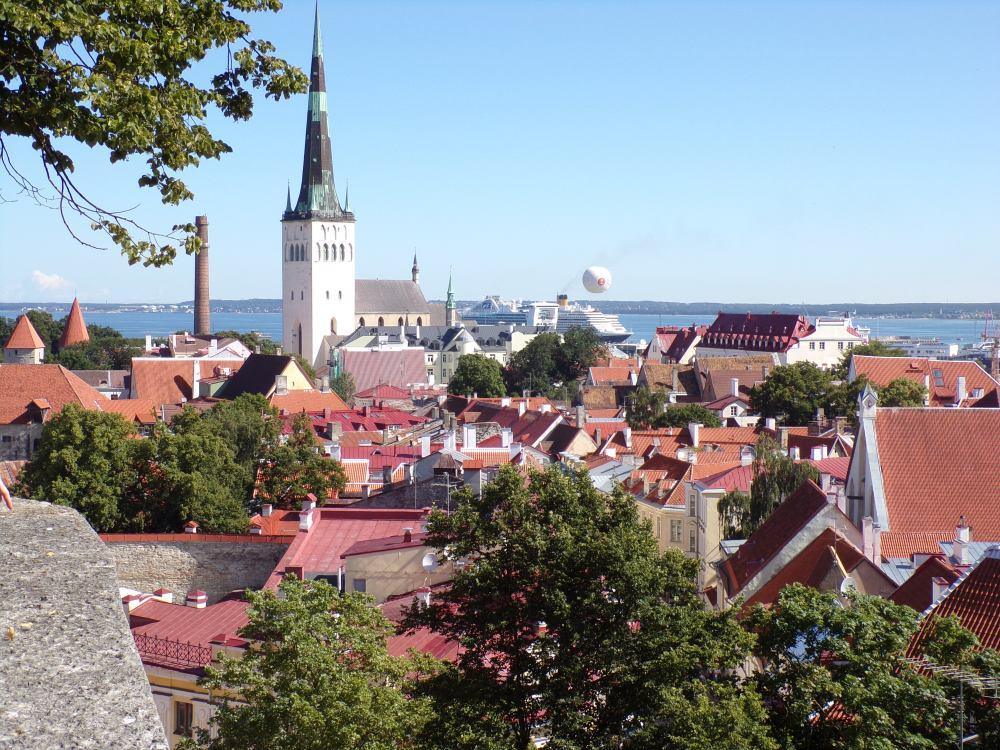 The Eurodam can be seen just under the Tallinn balloon.