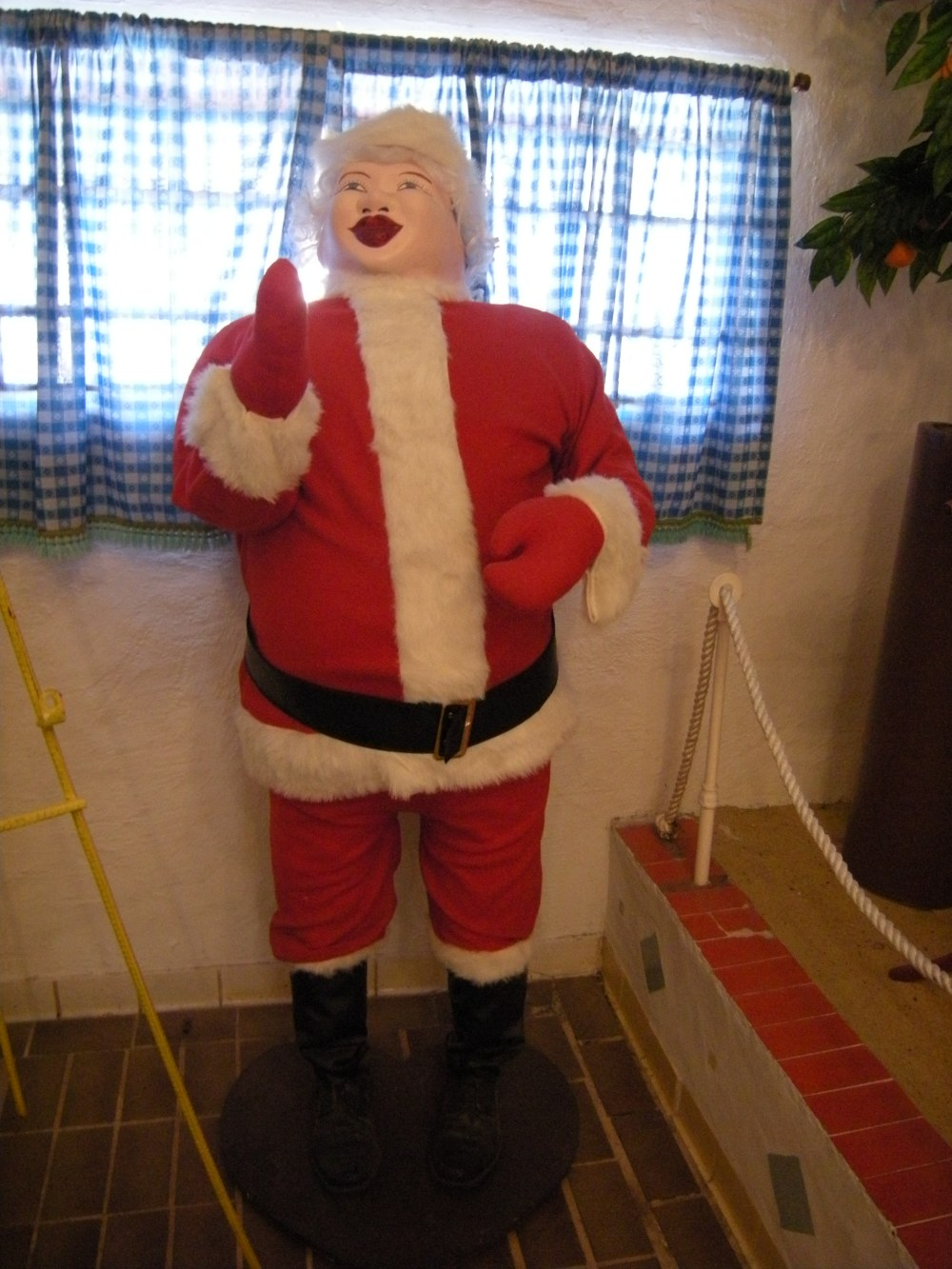 Instead of rosy cheeks, this Santa has rosy red lips!