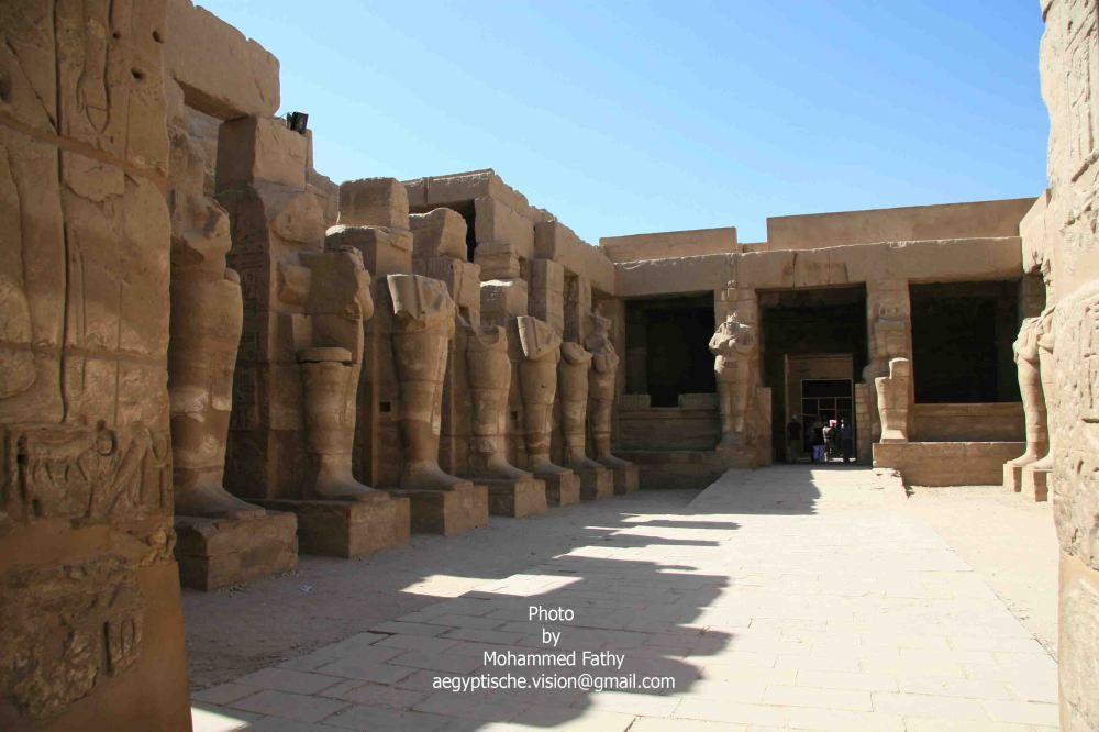 Karnak (304)-Temple of Ramses III with Osirid statues.jpg